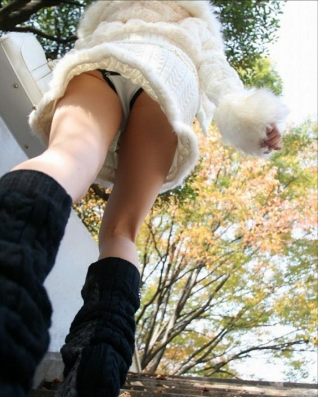 【パンチラエロ画像】逆光にめげずスカート内部を狙い撃つローアングルパンチラ!