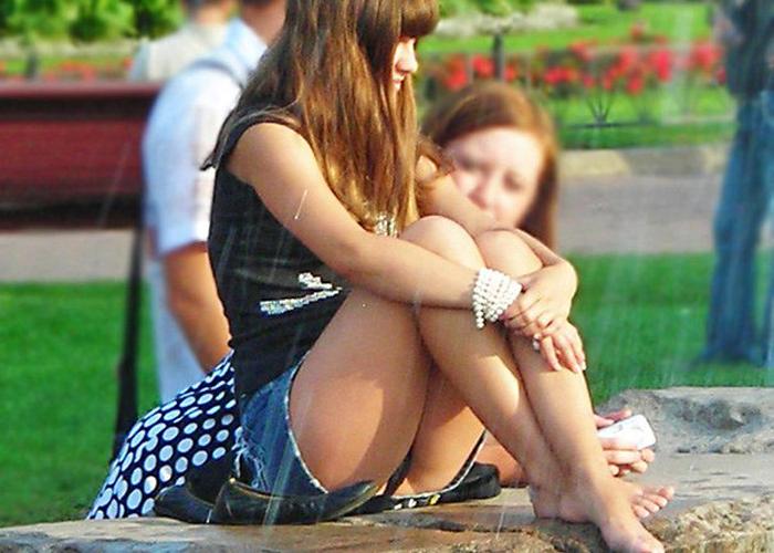 【パンチラエロ画像】ミニ履く人はもれなく丸見え?海外パンチラの実態