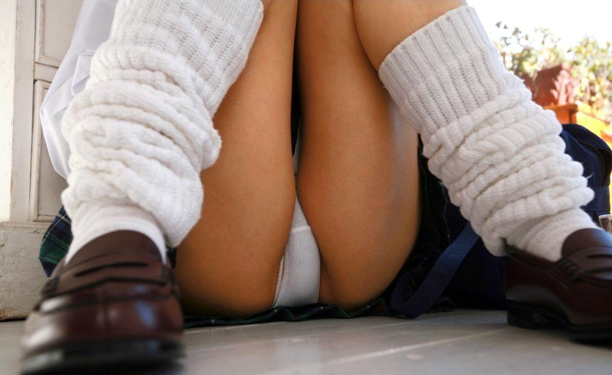 【股間エロ画像】見せてんのよ♪的な体育座り女子たちの股間見せ挑発!