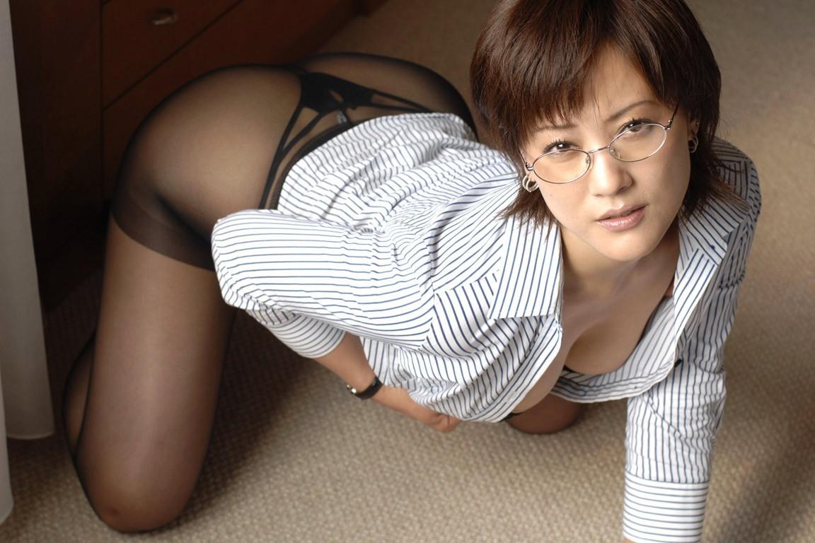 【眼鏡エロ画像】知的イメージで色香を強めたセクシー眼鏡美人たち!