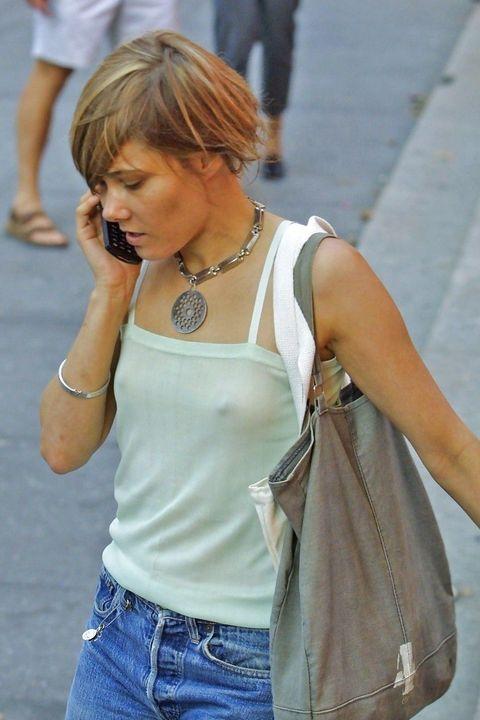 【ノーブラエロ画像】ポチッとしてても気にしないノーブラな海外女性たち!