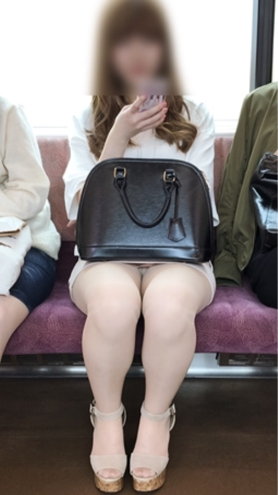【パンチラエロ画像】見過ぎて乗り過ごしに注意が必要な電車内の対面座席パンチラ!
