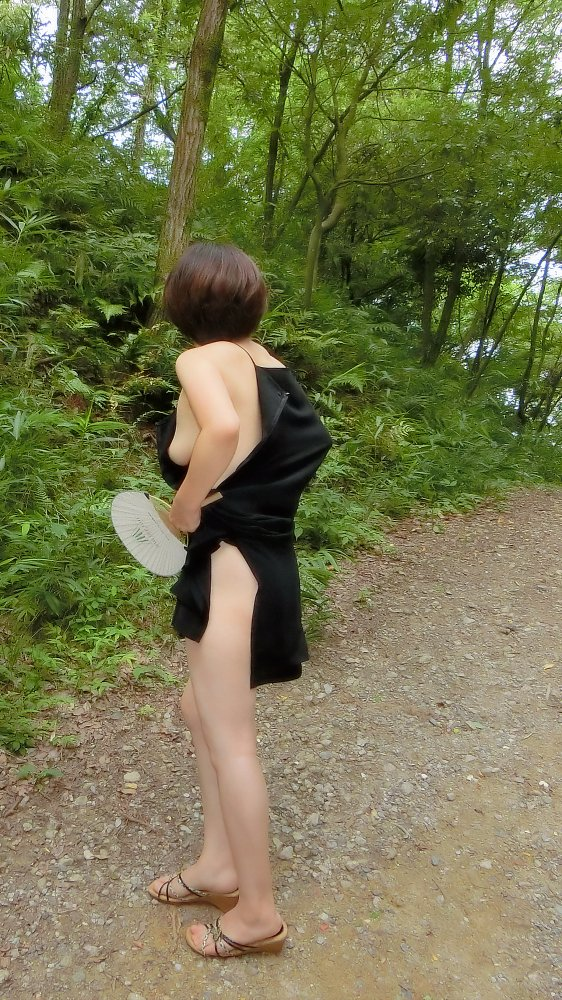 【露出エロ画像】脱ぐ癖に見つかりなくない…露出性癖が止められない淑女たち