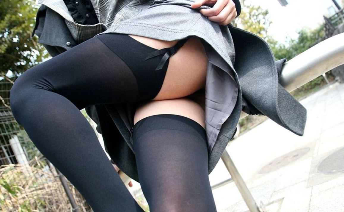 【下着エロ画像】横尻に食い込むとなお見映えするガーターベルト下半身!