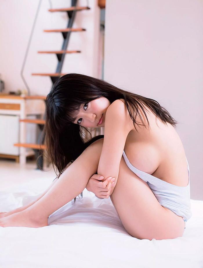【ハミ乳エロ画像】引っ張り出して確認が必要w際どくハミでた横乳の誘惑