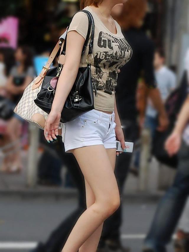 【着胸エロ画像】過ぎ去るまで目の保養な服着ても巨乳が目立つ街角素人たち!