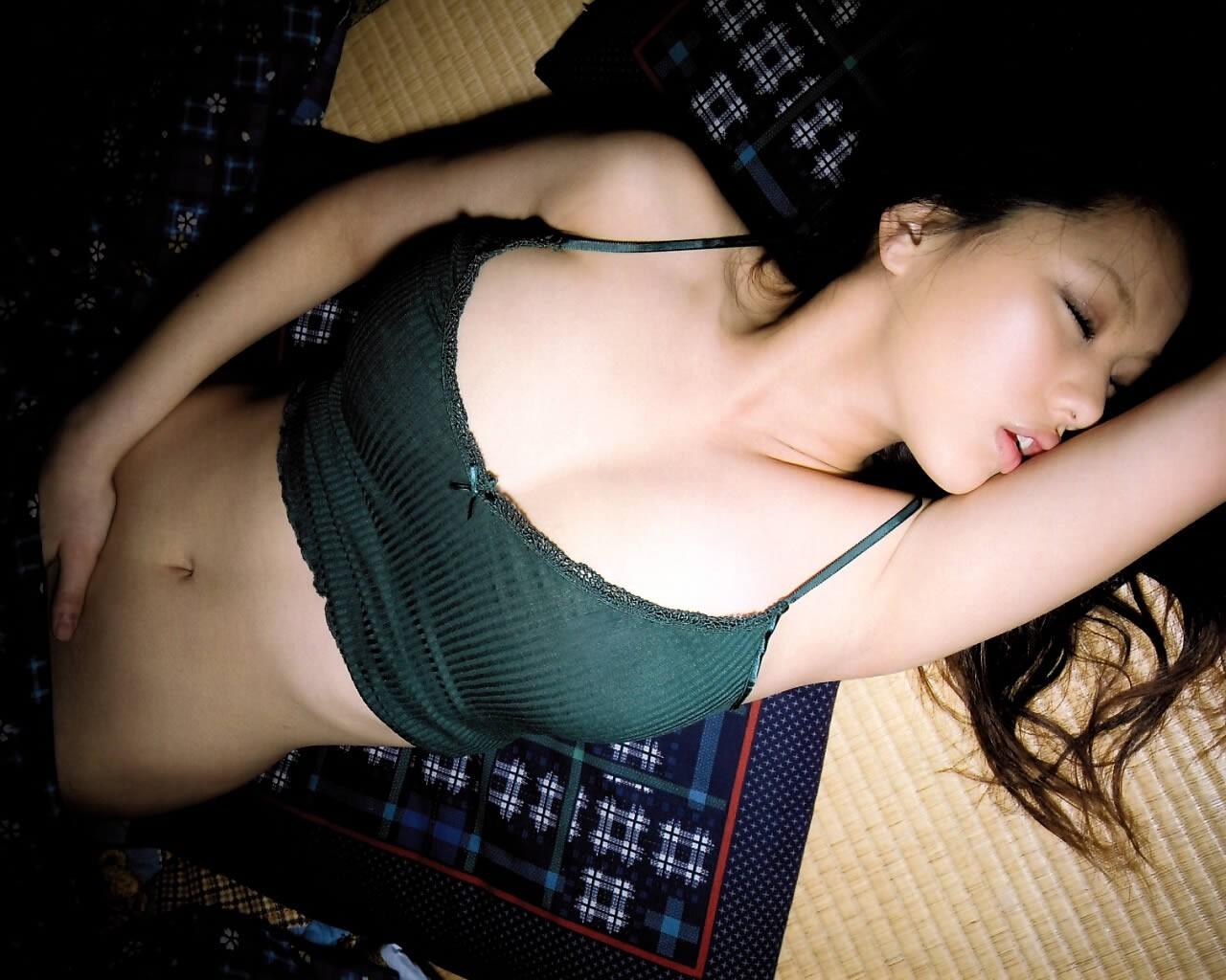 【オナニーエロ画像】ヤるのはやっぱり就寝前?自慰に夢中な美女たち