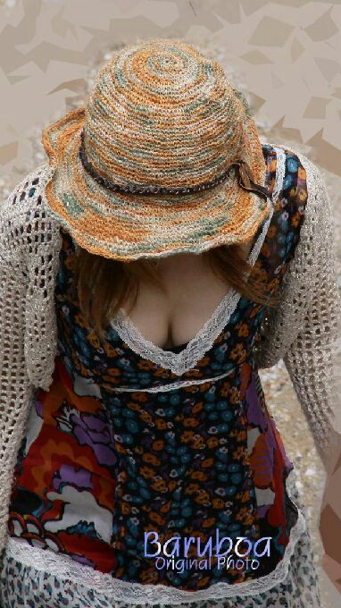 【胸チラエロ画像】表なのに先っちょまで!?迂闊な胸チラ素人観察