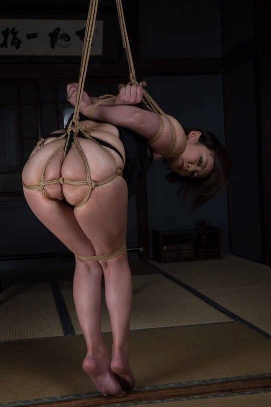 【緊縛エロ画像】静かにしていても苦痛な宙吊り緊縛されたM女たち!