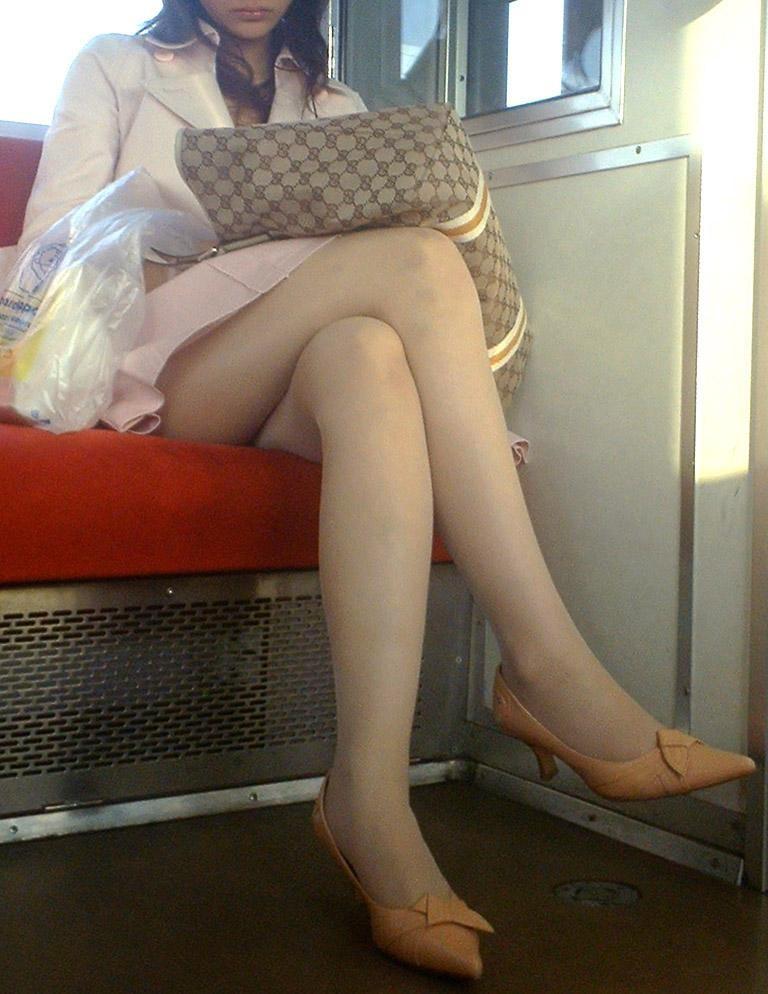 【美脚エロ画像】終点まで見守り続けていたくなる電車の女性客のムチムチ美脚!