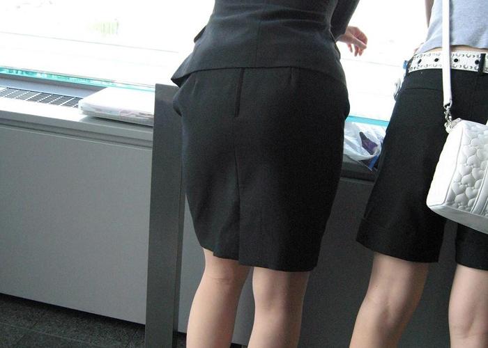 働く女性のパツパツタイト尻のエロ画像