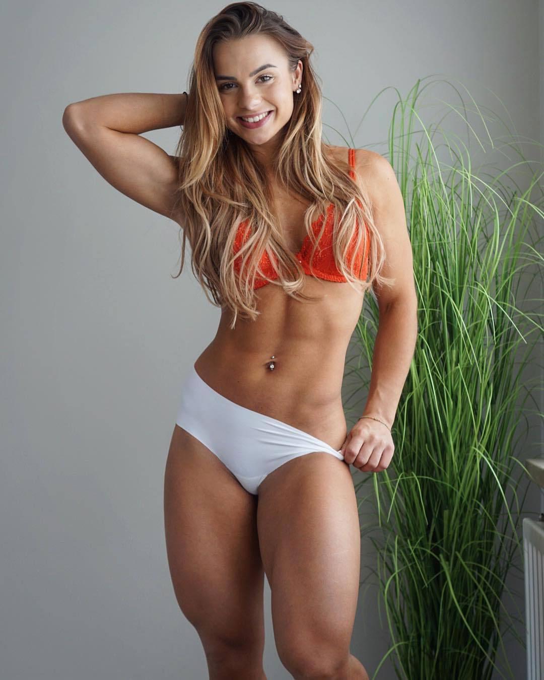【腹筋エロ画像】擦りたくなるシックスパック!腹筋に自信ある海外美女たち