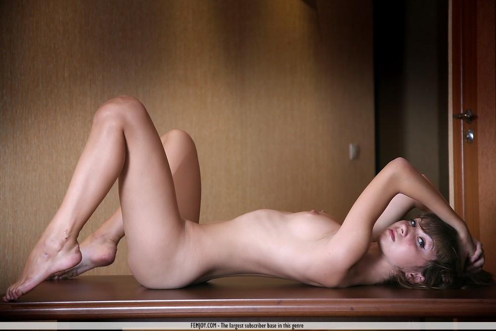 【海外エロ画像】爆乳ではない手頃なサイズな微乳で細身な海外美女たち!