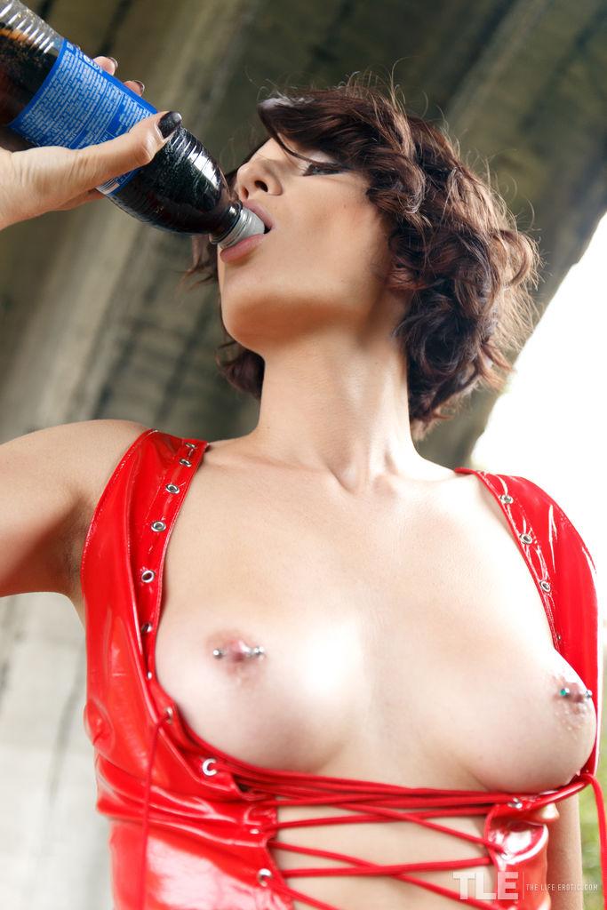 【海外エロ画像】吸う時は絶対に邪魔w海外の乳首ピアス文化
