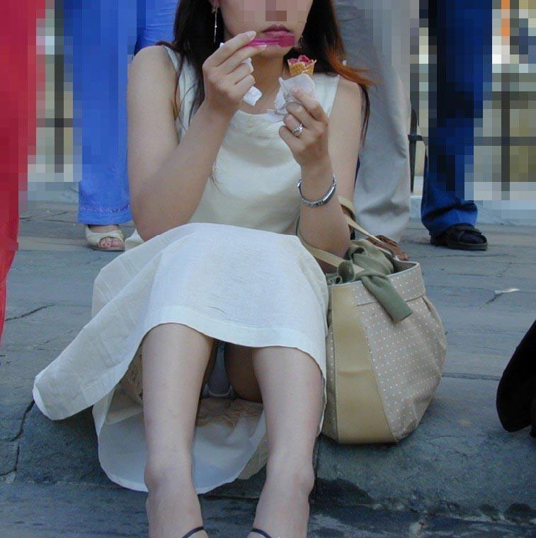 【パンチラエロ画像】見せてる自覚は皆無らしい座りパンチラ女子たち!