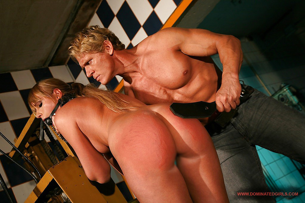 【海外エロ画像】赤く染まっても更に…海外M女へスパンキングの洗礼!