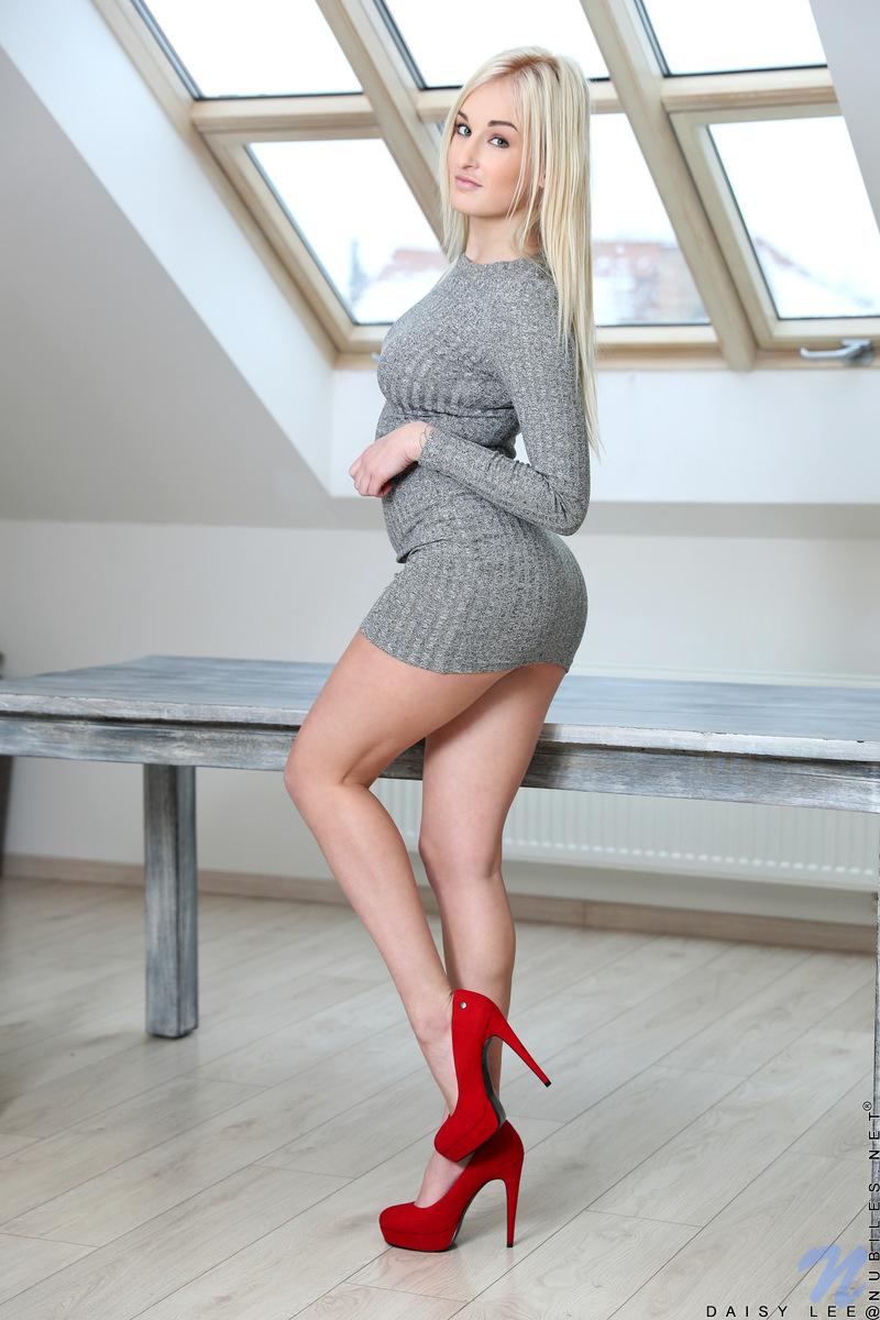 【美脚エロ画像】長さも凄いムッチリ美脚を自慢する海外美女たち!