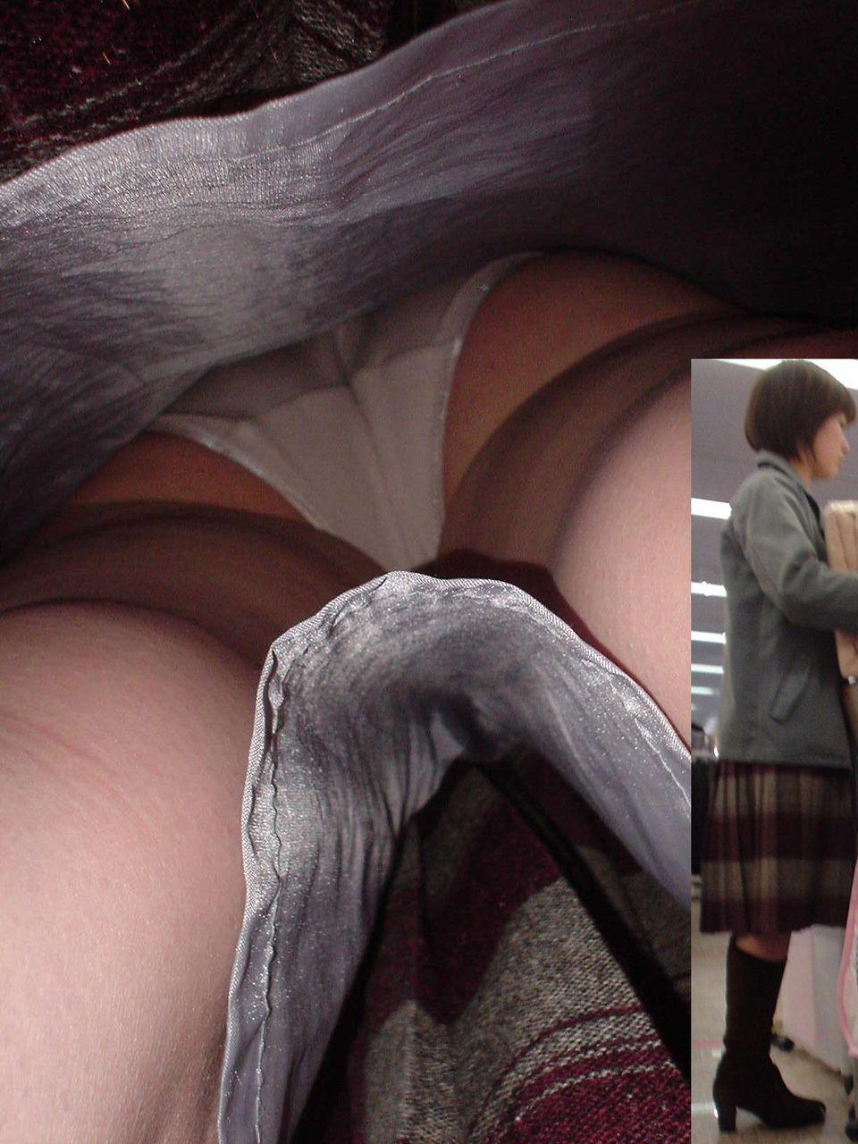 【パンチラエロ画像】夢が隠れたスカート内部を暴露する逆さ撮り!