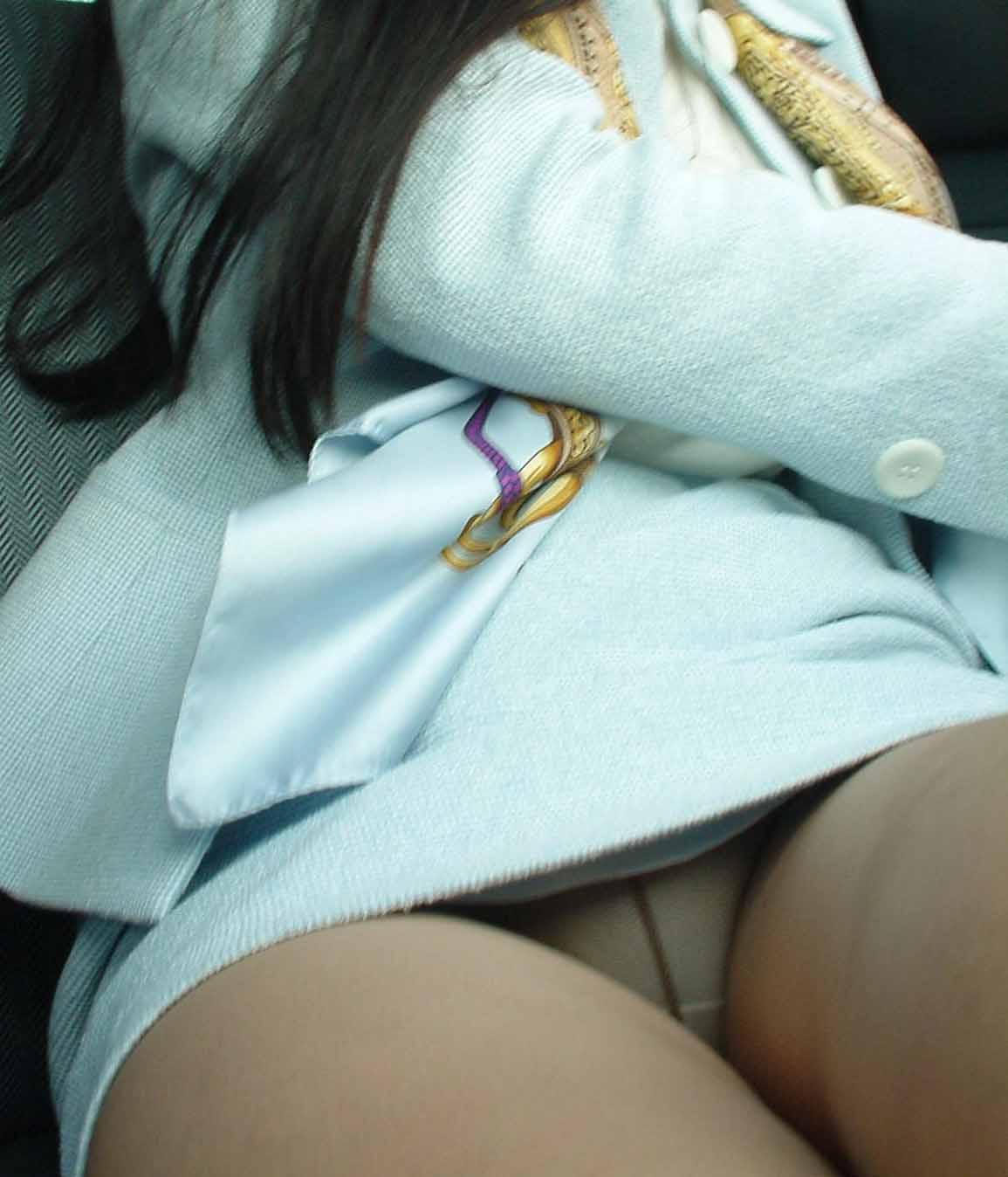 【パンチラエロ画像】生脚+ミニは冬だと希少…座りパンチラ女子探訪!