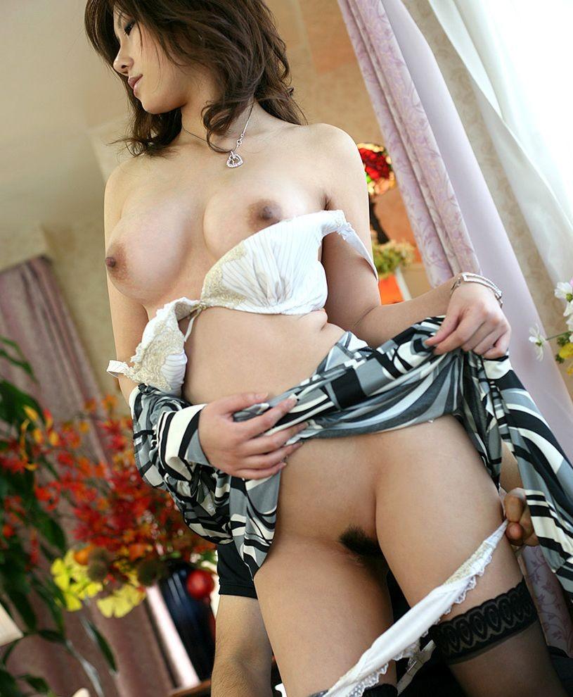 【脱衣エロ画像】ヤるためにはまず…裸にするべく脱がされる美女たち!