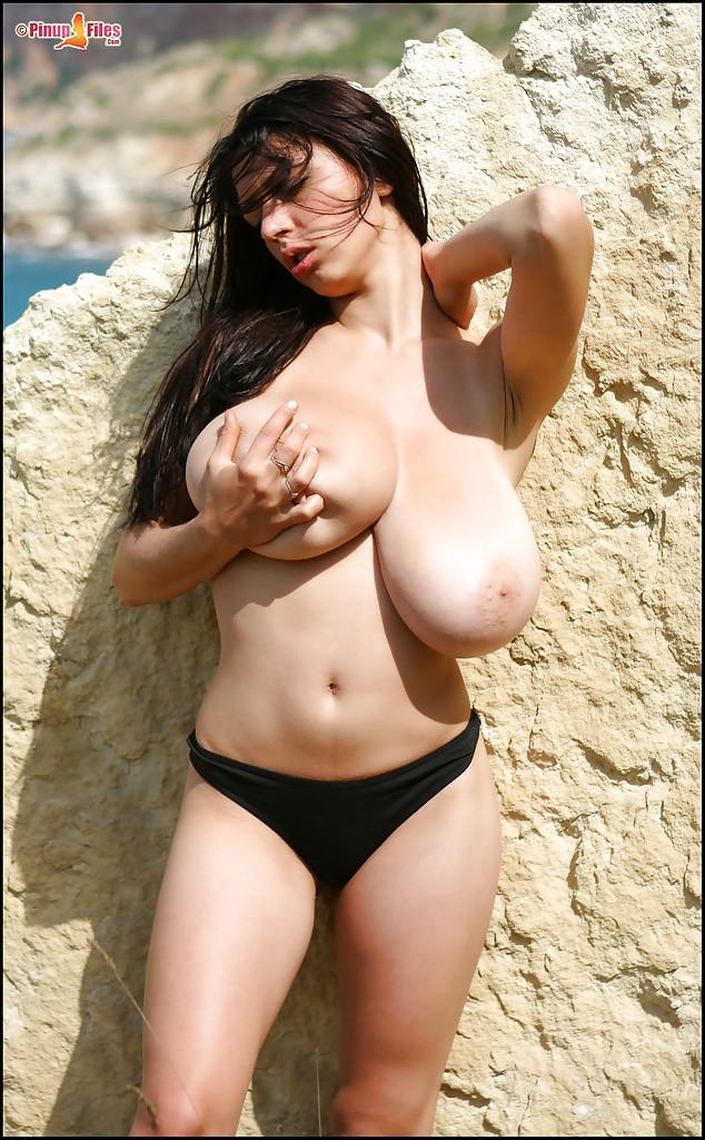 【海外エロ画像】人生で一度で良いから味わってみたい海外美女の天然美巨乳!