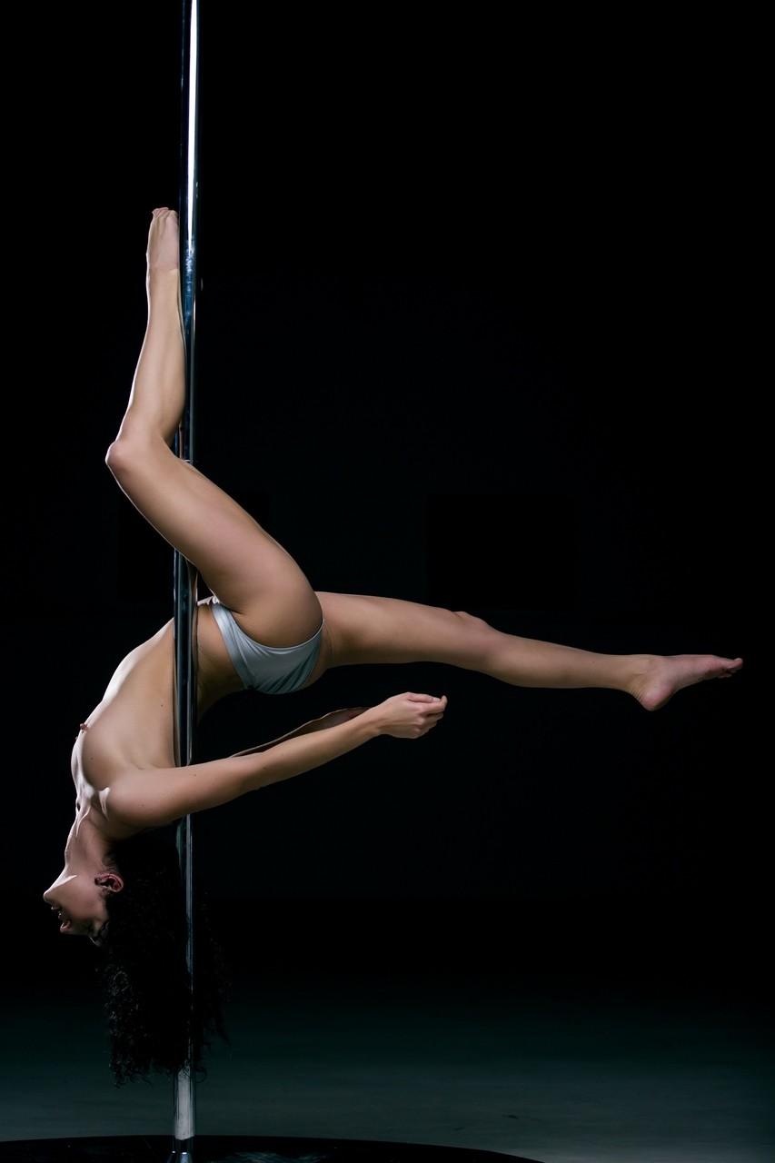 【海外エロ画像】フル勃起する乱舞をお願いwポールダンスを見せる海外美女たち!