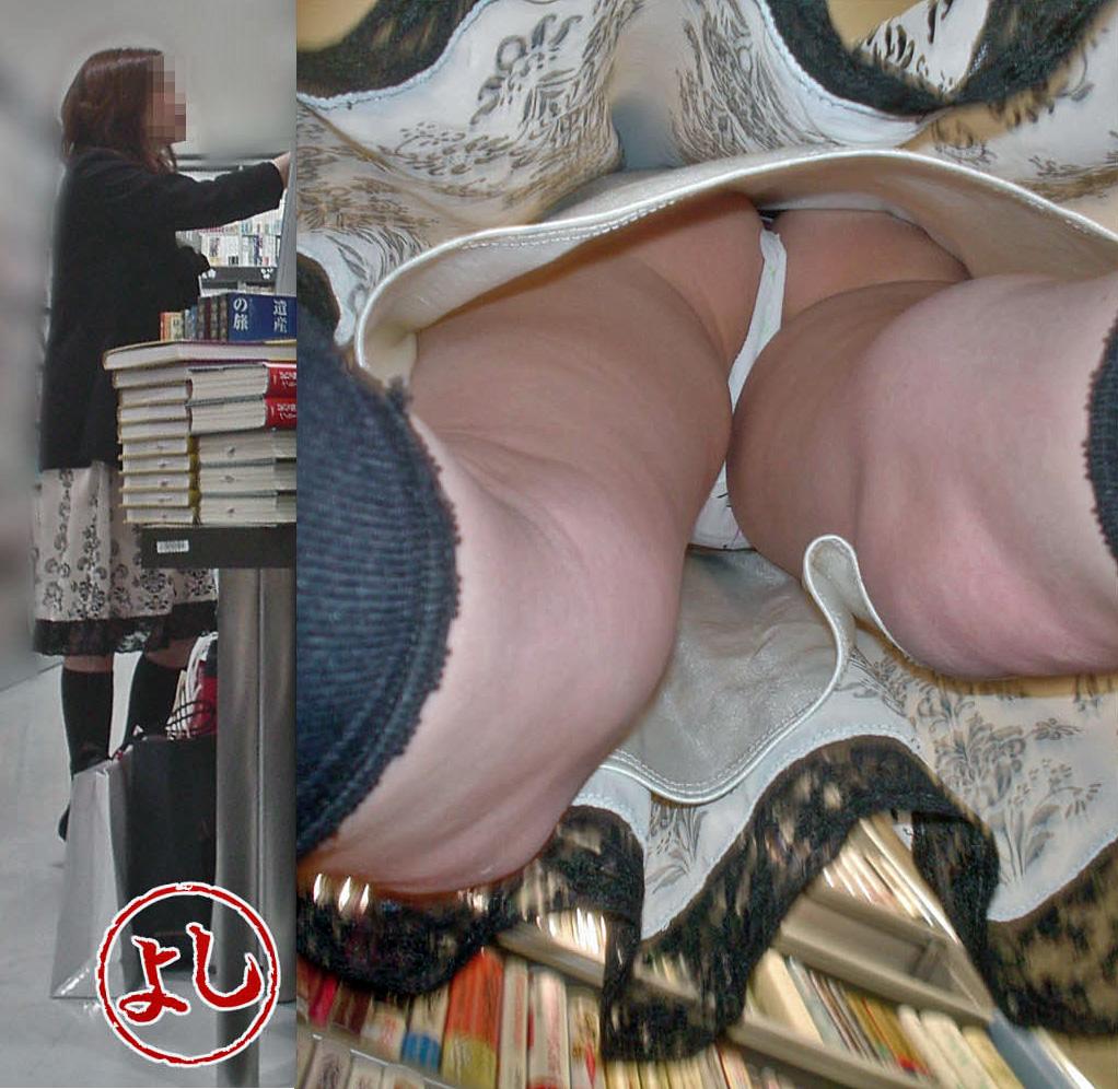 【パンチラエロ画像】潜れば丸出しの尻肉も見えた逆さ撮りパンチラ!