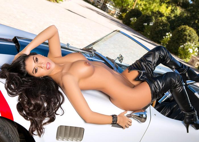 【海外エロ画像】車の側で官能的な格好をしている海外美女たち!