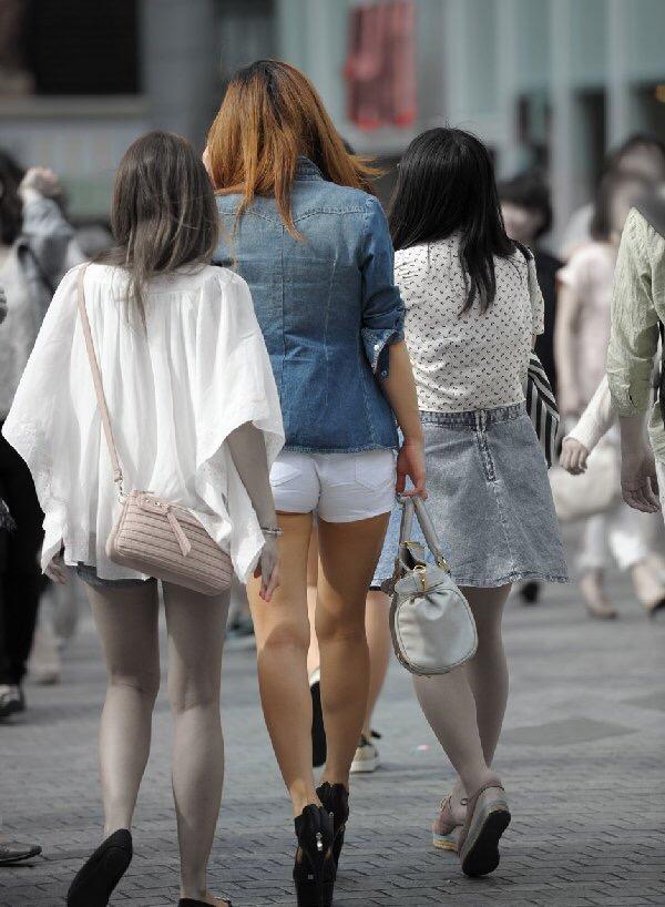 【着尻エロ画像】歩く後ろ姿がたまらない…夏まで待てないホットパンツハミ尻街撮り!
