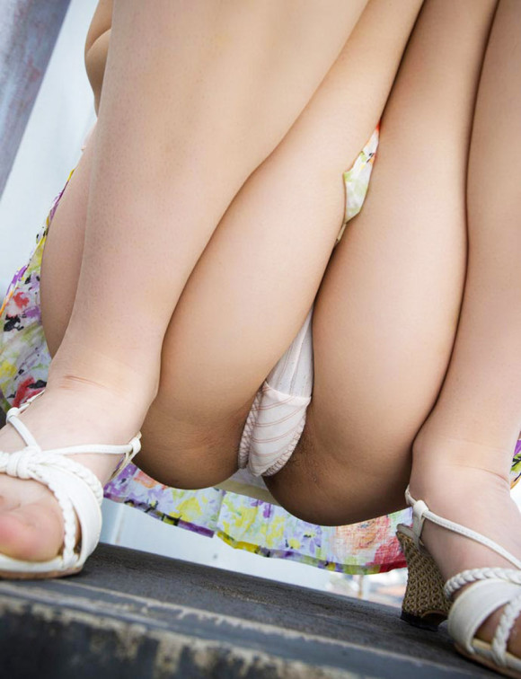 【股間エロ画像】明らかに官能的で誘うポーズな盛る女のM字開脚!