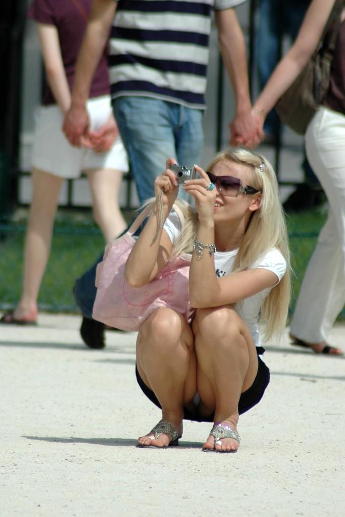 【パンチラエロ画像】スカートの日は簡単に中見せ過ぎな海外淑女のパンチラ姿!
