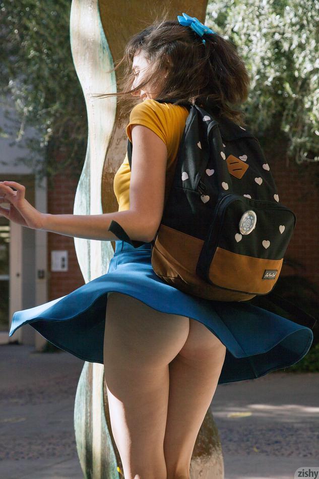 【ノーパンエロ画像】何故スカートを…見せるためだったノーパン主義な海外痴女!