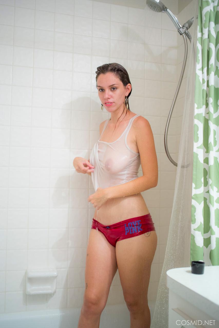 【着胸エロ画像】ノーブラに水かけたらこのように…生よりそそる濡れ透けバスト!