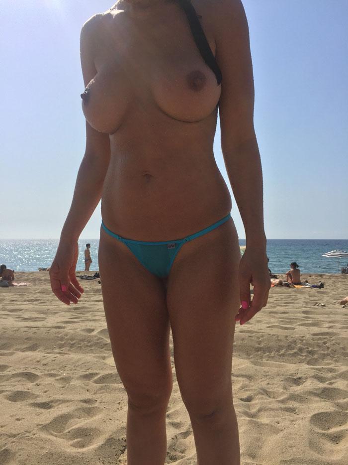 【海外エロ画像】巨乳丸出しだらけで座りっぱなしになりそうなトップレスビーチ!