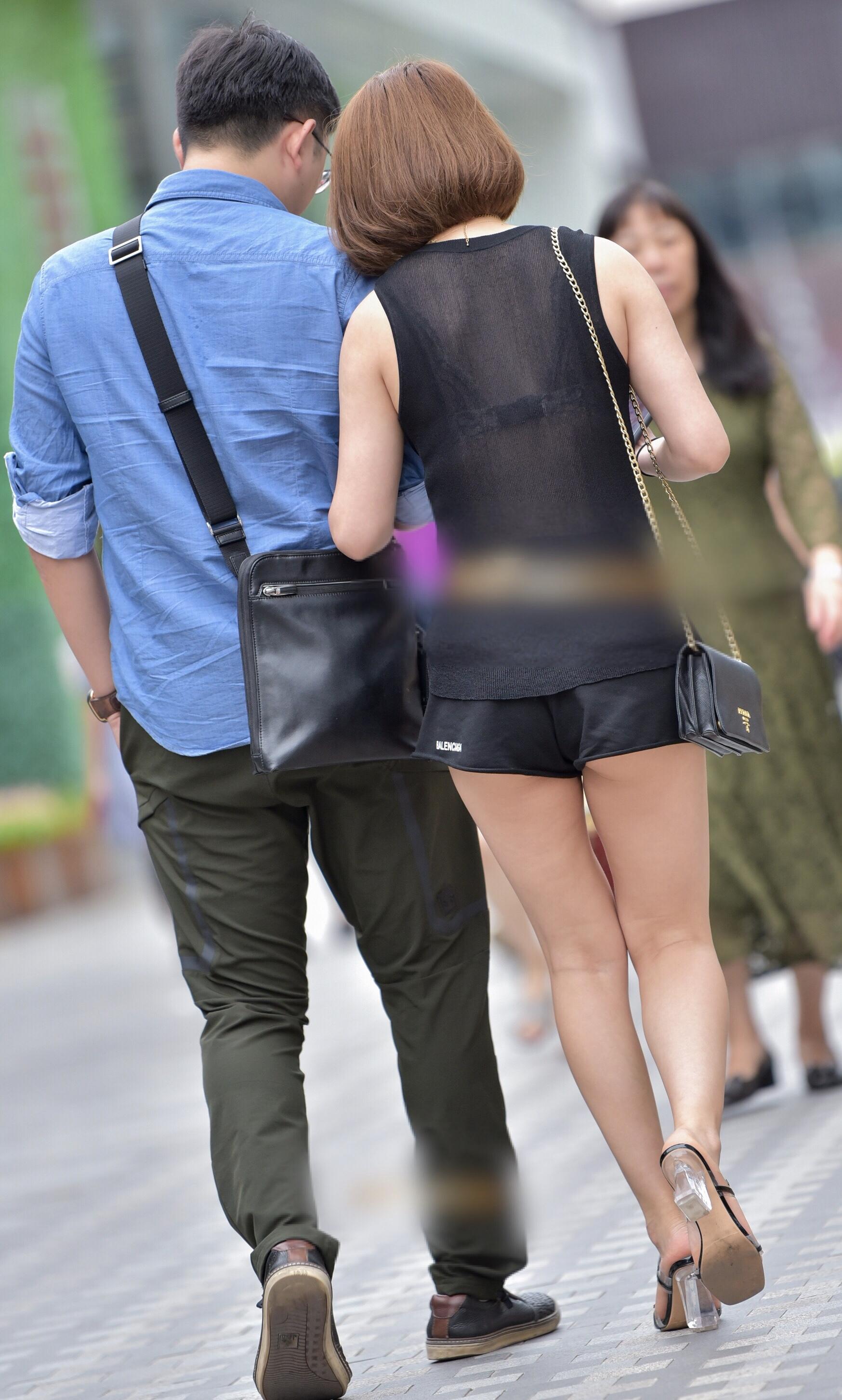 【着尻エロ画像】一部がハミ出てまるで痴女な街角ホットパンツ女子の尻!