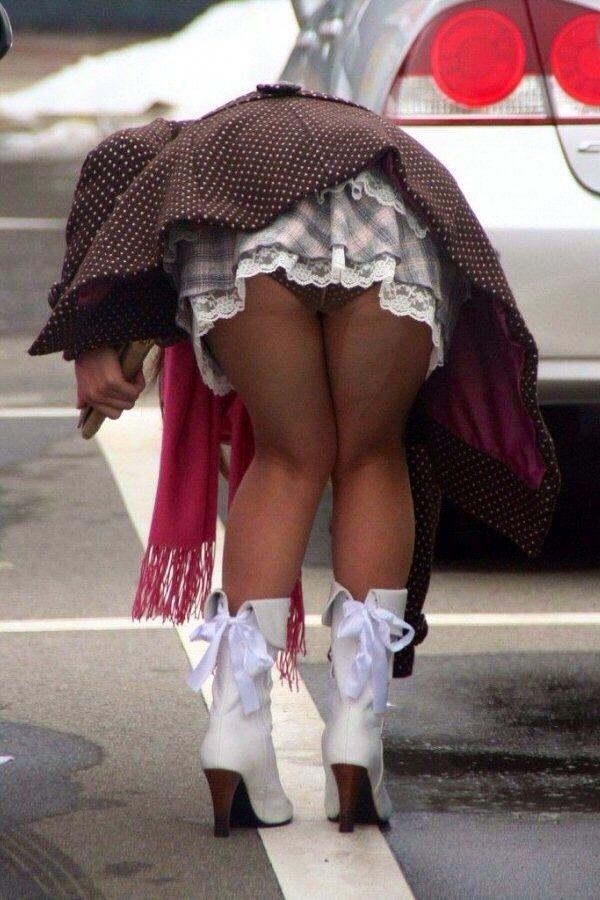 【パンチラエロ画像】ミニスカ履いた人々のお約束的パンチラの瞬間!
