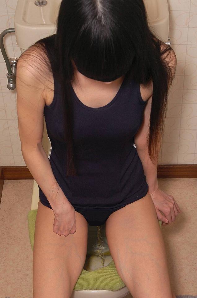 【放尿エロ画像】股間から堂々と聖水を放っている変態淑女たち!