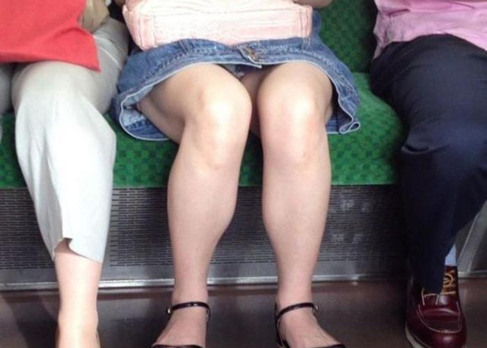 電車の対面座席からのパンチラエロ画像