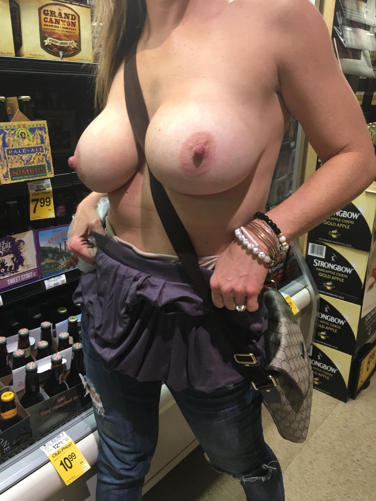 【露出エロ画像】見つかれば出禁は避けられないのに挑む店内の露出マニア達!