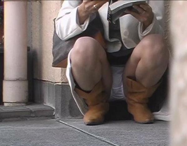 【パンチラエロ画像】その隙を記録する…街角しゃがみパンチラコレクション!