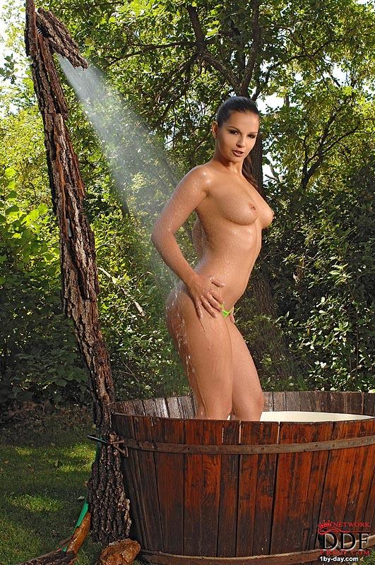 【海外エロ画像】シャワーを浴びてイヤらしさ激増した入浴中の海外美女たち!