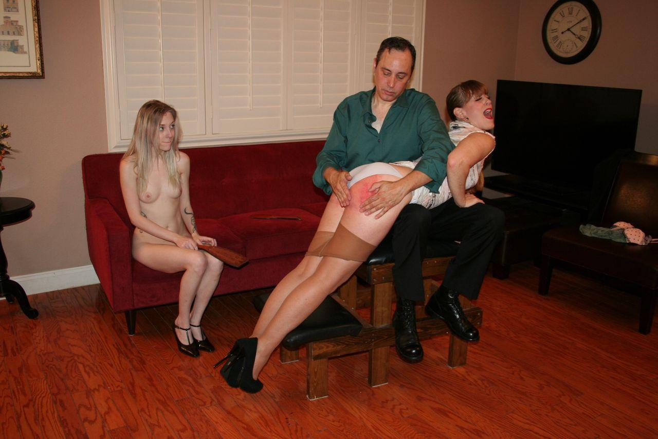 【尻エロ画像】腫れるまで叩かれる事が気持ちよくて…スパンキングで濡れる海外M女たち!