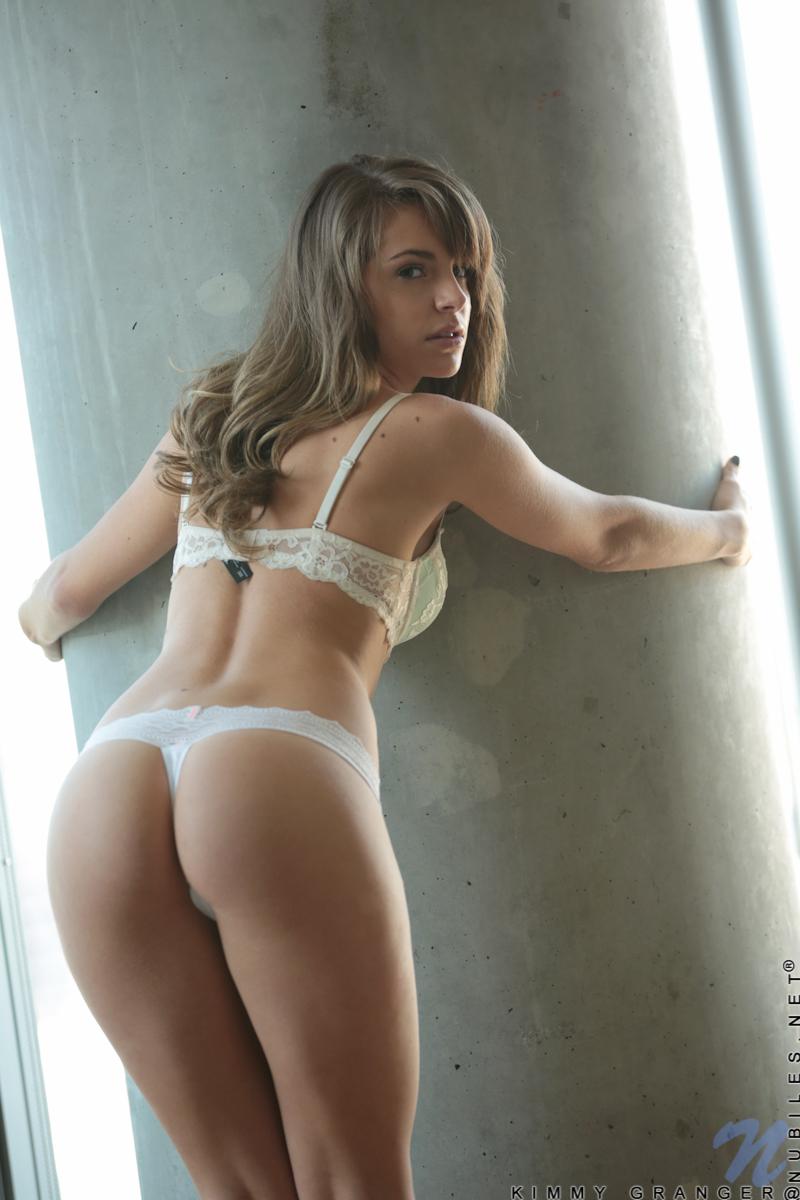 【海外エロ画像】自慢の美巨尻にTバックを纏って見せた海外美女たち!