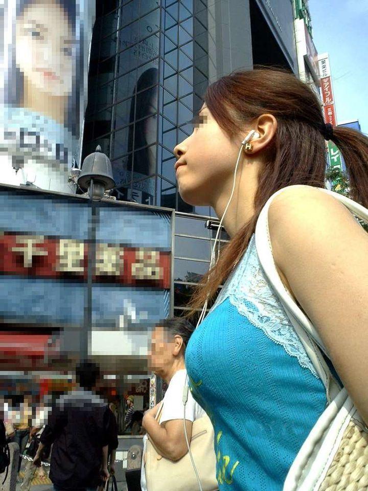 【着胸エロ画像】視線を送らない方が失礼かも…絶対目を引く着衣巨乳!