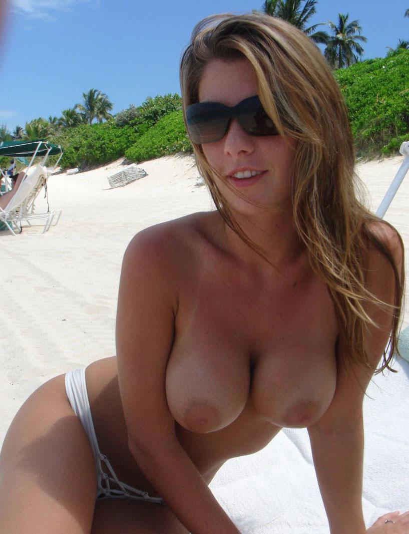 【日焼けエロ画像】残った白さでよりイヤらしく…日焼け美女の水着の痕跡!
