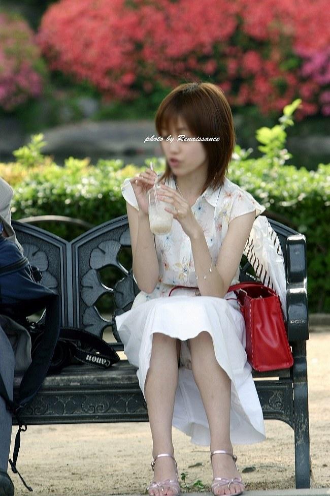 【パンチラエロ画像】無自覚な見せ方がよりそそる街角素人の座りパンチラ!