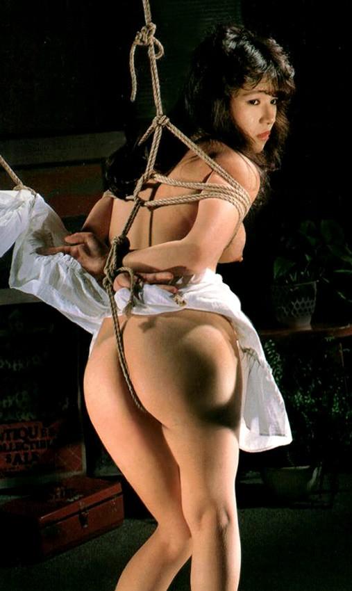 【SMエロ画像】引っ張ればもちろん…緊縛M女の股間を伝う卑猥な縄!