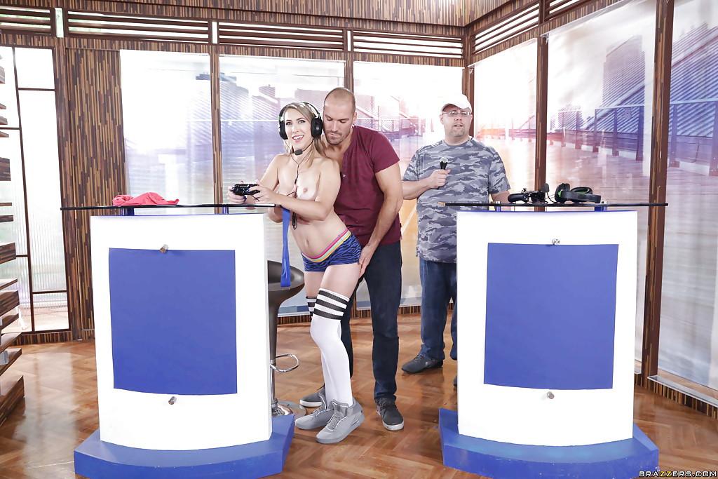 【海外エロ画像】遊んでたら魔が差して…裸でゲームする海外インドア女子!