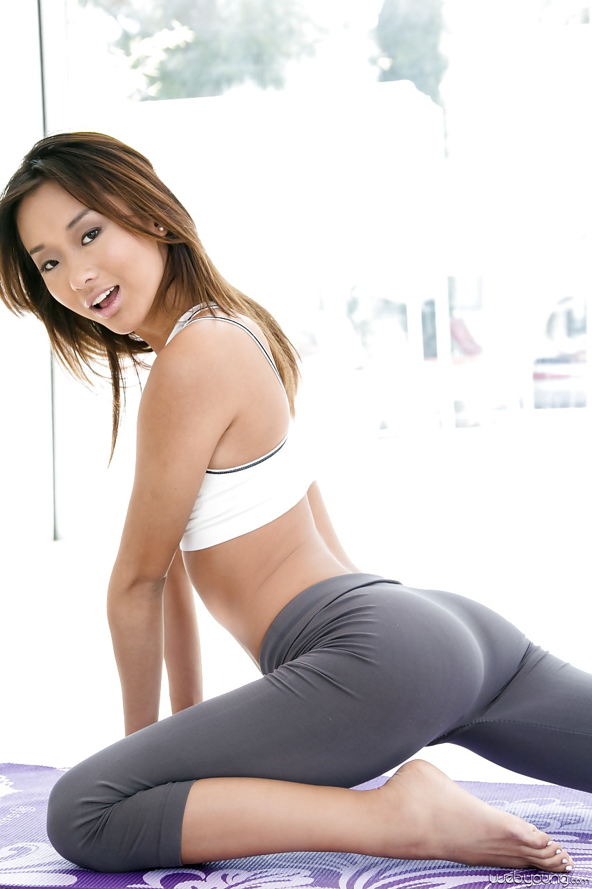 【着尻エロ画像】ヨガパンツを履いてより存在感が強くなった巨尻!