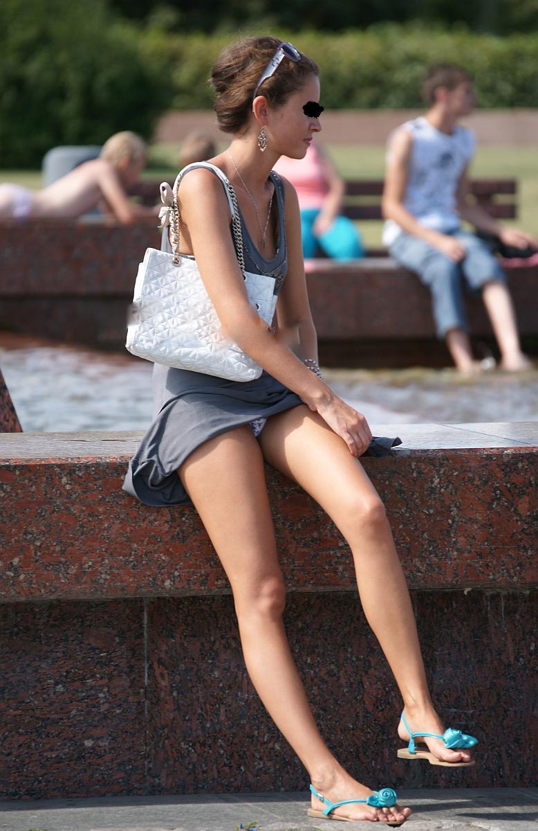 【パンチラエロ画像】ノーガードも度が過ぎる海外女性たちの丸見えパンチラ姿!